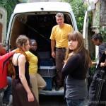 Déchargement du matériel dans les rues de Dauphin, le 23 juillet