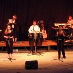 À Léon, le 6 août : Jean-Luc (piano), Tuintim (claviers), Milène (flûte), Myriam (percussions), Alexandre (congas), et Adrienne (percussions)