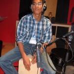 Alexandre.... joue du Cajon, percussion portuguaise