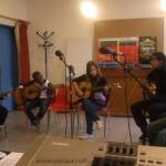 """Tuintim, Myriam, Alexandre et Tuintim en cession de pratique d'instruments de musique. Cette fois, c'est Grace qui a """"démarré"""", les autres sont déja lancés!"""