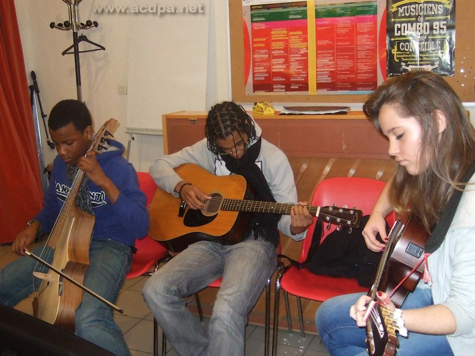 Tuintime (découvrant le Guitarviol de Jean-Luc), Alexandre (guitare) et Myriam (guitare)... et ça joue !