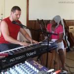 Tuintim en admiration devant Simon, au piano (répétition à Obernai)