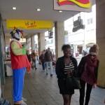 Adrienne et Milène dans les rues de Fribourg