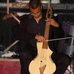 C'est le moment où Alexandre fait son numéro avec le Guitarviol, cet instrument incroyable que Jean-Luc a fait venir de Californie, et qui peut faire un petit quatuor à corde à lui tout seul !