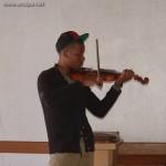 Après la batterie, les percussions, la guitare et les claviers, voici les premier pas de Tuintim au violon: mais où s'arrêtera-t-il ?