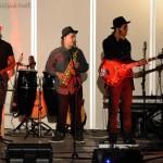 Yves au tambourin, Arthur au saxo et Alexandre à la guitare