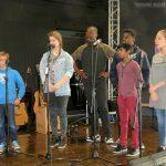 les Sarcellois sur scène. Premier rang : le petit Alexandre, Élodie, Yves, Abinaniou, Bérénice; deuxième rang : Grâce
