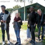 Alexandre, Bérénice, Yves, et Michel attendent le Zodiac qui doit les emmener sur le trimaran pour faire le tour de fort Boyard