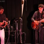 Yves (tambourin) et Alexandre (guitare et chant)