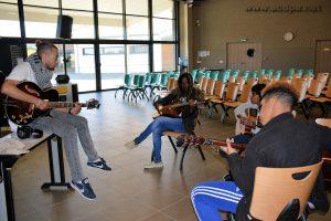 Alexandre donne son cours de guitare