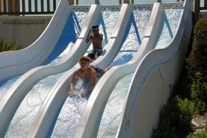 Abimaniou et Isaiah, en plein travail... de glisse à la piscine