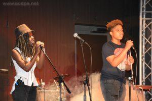 Loojiha et Isaia sur scène. Isaia chante de mieux en mieux...
