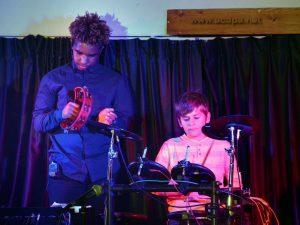 Les deux batteurs du groupe : Isaia et Thibaud