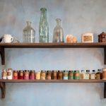 Dans l'atelier du peintre : pigments, laque, siccatif et essence de pétrole de la marque Lefranc... Terre de sienne de la marque Bourgeois