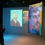 Pierre Paul lisant les explications complémentaires sur la tablette de la visite guidée... à propos de V. Van Gogh et P. Gaughin