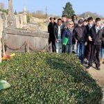 Tout notre groupe autour de la guide de l'office du tourisme d'Auvers sur Oise... devant les tombes des 2 frères Van Gogh