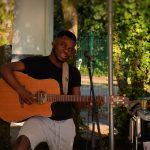Grace... le beau gosse à la guitare