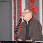 Jean-Luc, seul au piano, chantant «La Nostre Nave» : chanson écrite en français pour sa muse allemande, et qui se termine en... italien (cf. CD «C'est pas moi»)
