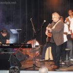 Présentation des musiciens et chanteurs : Arthur... saluant (au piano), Jean-Luc, (Évidaly), Alexandre et Bénédicte