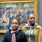 """Devant le tableau de Auguste Renoir (""""Bal du moulin de la Galette"""") : Laetitia, Sindy et Macathia"""