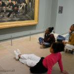 """Devant le tableau de Jacques Tissot (""""Le Cercle de la rue Royale"""")"""