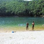 Les «Teenager» à Arnac : Michael et Jamescy hésitent... l'eau du lac semble froide !